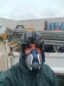 Couvreur au travail avec masque de protection